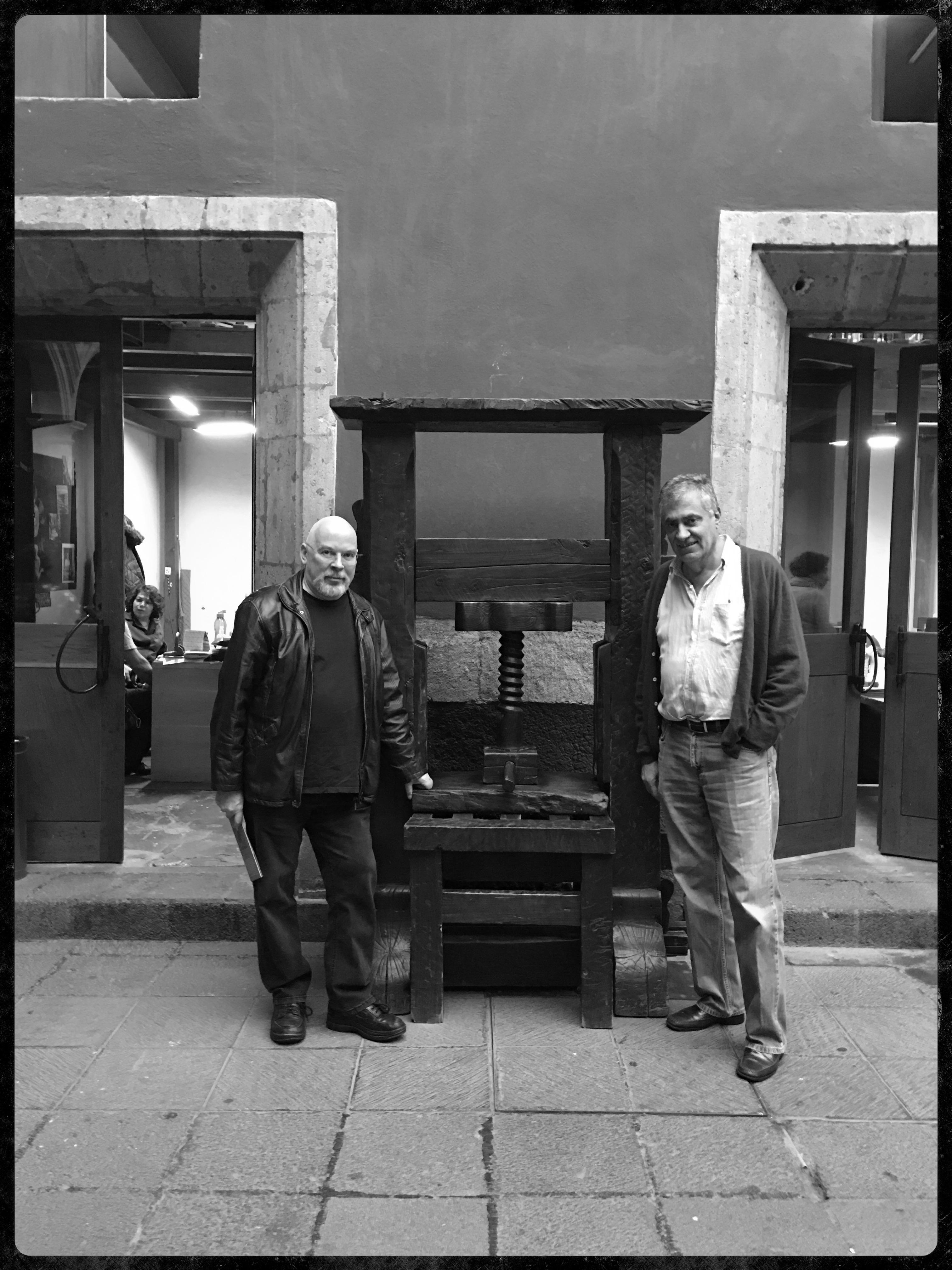 Dos amigos imaginando una exposición sobre pasado, presente y futuro del libro para el 2017
